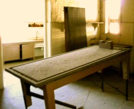 middle room and post mortem table