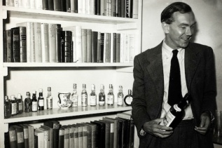 Literature, Personalities, pic: 1st October 1949, English author Graham Greene, (1904-1991) pictured at his London home